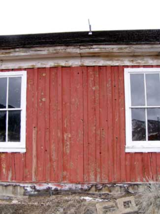 Seam between the center two windows is evident suggesting the strutcture was moved via rail.